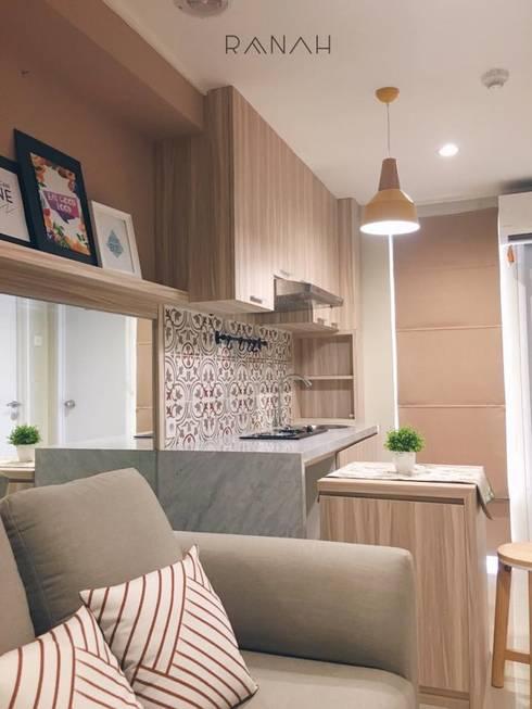 2 Bedrooms – Bassura City Apartment:  Dapur by RANAH