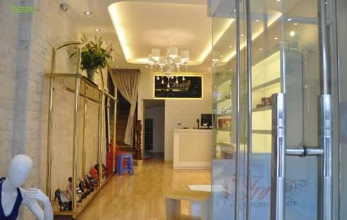 Thiết kế và thi công nội thất shop thời trang INNEE – Tây Sơn, Hà Nội:   by Công ty TNHH Thiết Kế và Ứng Dụng QBEST