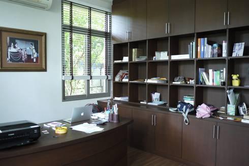 Taling-Chan Residence:  ห้องทำงาน/อ่านหนังสือ by Aim Ztudio