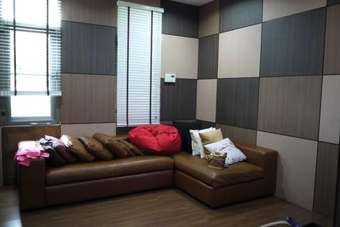 Taling-Chan Residence:  ห้องสันทนาการ by Aim Ztudio