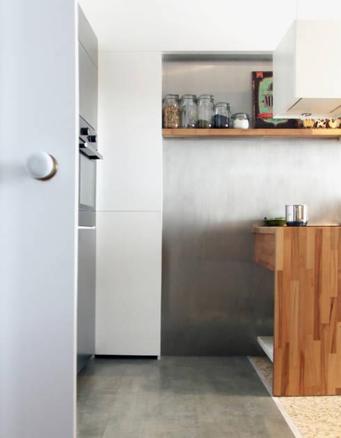 COZINHA 60´S: Cozinhas ecléticas por PreConceito