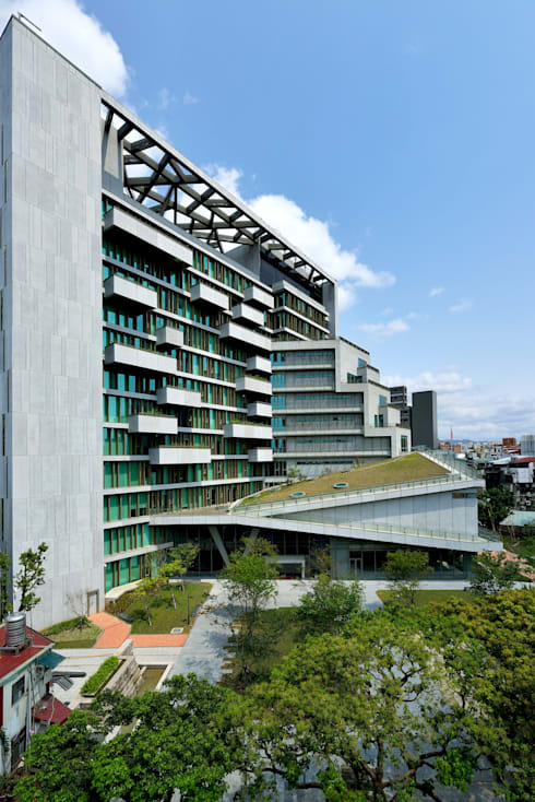 建築沿街外觀。:  房子 by 綠野國際建築師事務所