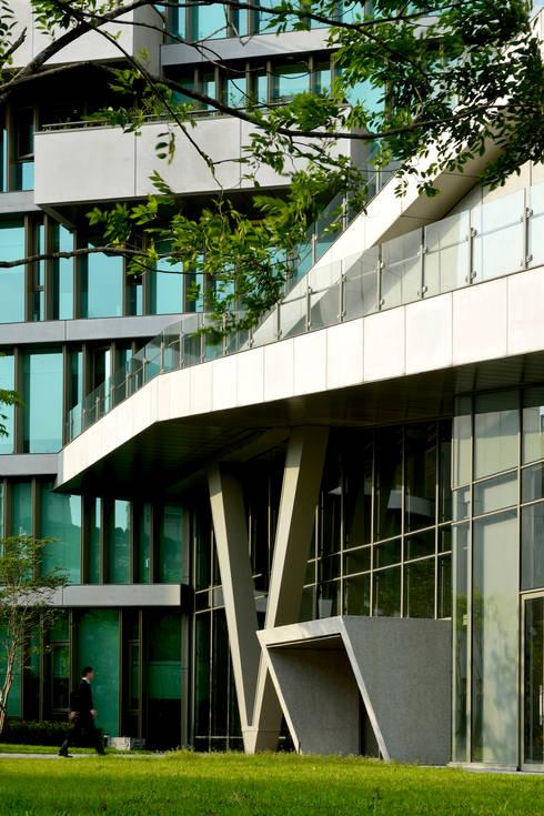 樹林中的入口。:  房子 by 綠野國際建築師事務所