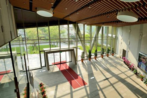 望向樹林的入口門廳。:  窗 by 綠野國際建築師事務所