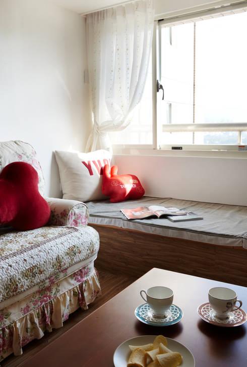 窗邊的隨意空間著實有股慵懶的氣息竄過:  客廳 by 弘悅國際室內裝修有限公司