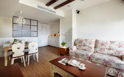 輕輕鬆鬆的磚牆紋理若是太多了就顯得沈重了:  客廳 by 弘悅國際室內裝修有限公司