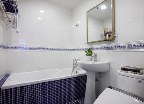 跳脫了溫暖的色調來用個冷靜的藍色來舒緩一下今日的繁忙吧:  浴室 by 弘悅國際室內裝修有限公司