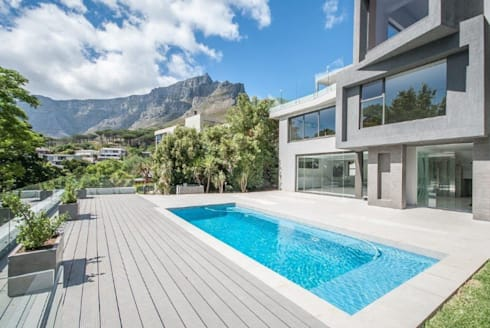 Pool deck and views beyond: modern Houses by Architectural Hub