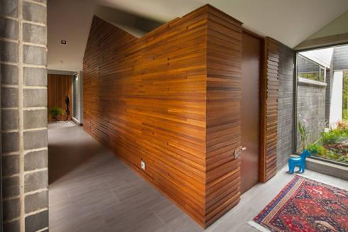 Casa La Querencia: Paredes de estilo  por toroposada arquitectos sas