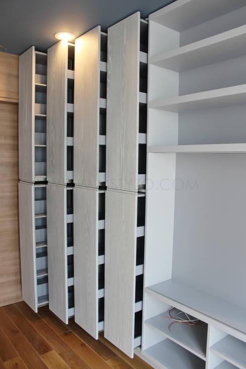 Almacenamiento extraíble: Salas multimedia de estilo  por MSTYZO Diseño y fabricación de mobiliario