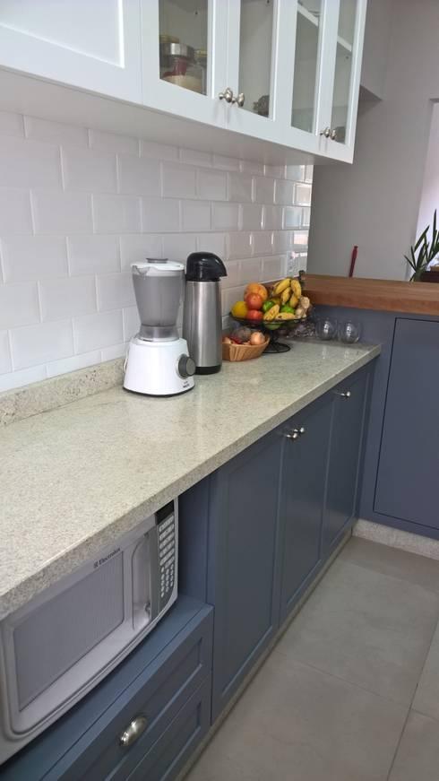 Ampla bancada em granito para preparo: Cozinhas  por R.E. Projetos