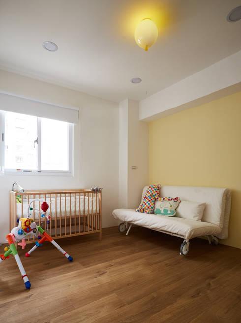 保留大面積的活動空間滿足好動的小嬰孩:  嬰兒/兒童房 by 弘悅國際室內裝修有限公司