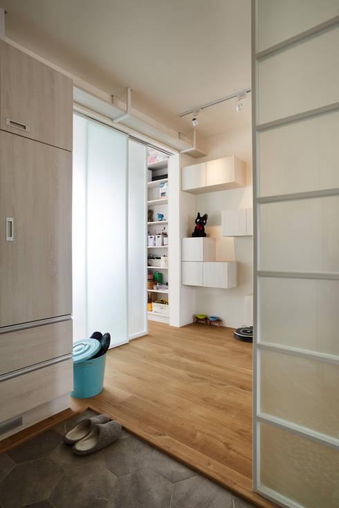 簡單的線條豐富視覺感受,能引進戶外的陽光讓空間更顯明亮:  房子 by 弘悅國際室內裝修有限公司