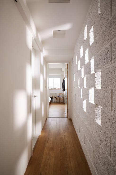 反過來的光線鋪陳增添另一面不同的情趣:  走廊 & 玄關 by 弘悅國際室內裝修有限公司
