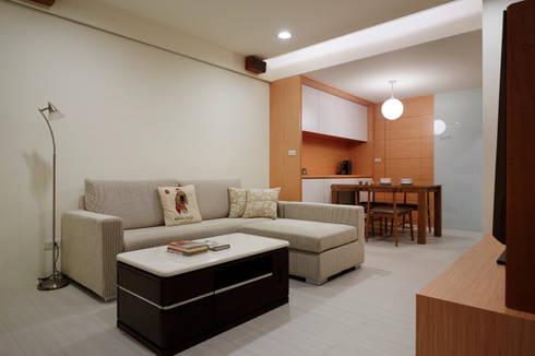 用顏色把客廳與餐廳區隔出來,單層的小坪數也是溫馨舒適:  客廳 by 弘悅國際室內裝修有限公司