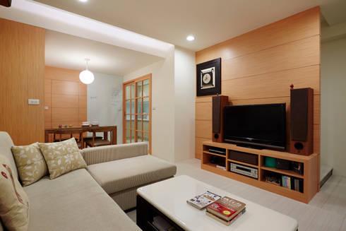 樓梯下也是收納的小倉庫,廚房的拉門增加媽媽與孩子之間的互動:  客廳 by 弘悅國際室內裝修有限公司