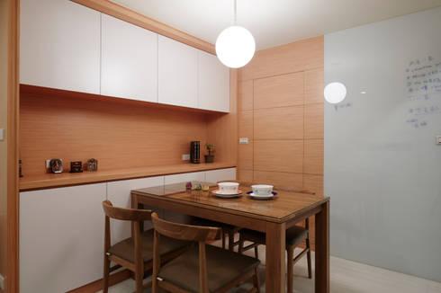 餐廳後的衛生間也是遮擋起來比較清爽:  餐廳 by 弘悅國際室內裝修有限公司
