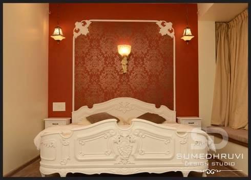 Master Bedroom : classic Bedroom by SUMEDHRUVI DESIGN STUDIO