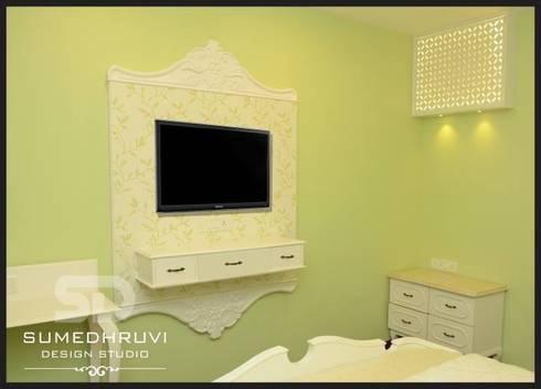Parent's Room T.V. Unit: classic Bedroom by SUMEDHRUVI DESIGN STUDIO