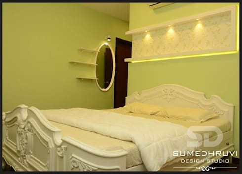 Bed with Highlighted Niche and Dressign: classic Bedroom by SUMEDHRUVI DESIGN STUDIO