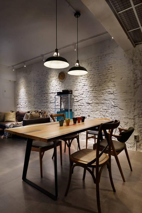 超級不規則的磚墻紋理經過整理後別具另一番的風味:  客廳 by 弘悅國際室內裝修有限公司