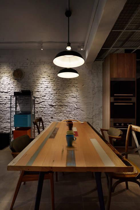溫暖難得的實木為空間中冰冷的調性增添一些溫暖的氣息:  餐廳 by 弘悅國際室內裝修有限公司