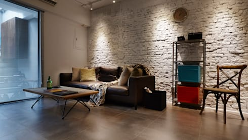 因為紋理,只有簡單的照明就能夠把獨特的個性彰顯出來:  客廳 by 弘悅國際室內裝修有限公司