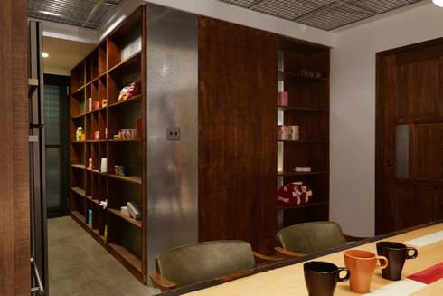 木作染深色,增加隔間的重量存在感,也透過金屬的質感把木作變得輕盈些:  書房/辦公室 by 弘悅國際室內裝修有限公司