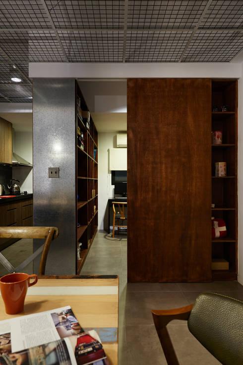 這是一個多層使用的概念,門片閉合是一個展示櫃,門片開啟則變成收納櫃:  書房/辦公室 by 弘悅國際室內裝修有限公司