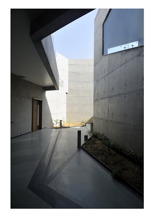THE COURTYARDS HOUSE : modern Houses by SANJAY PURI ARCHITECTS