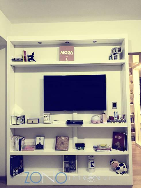 Mueble tv: Sala multimedia de estilo  por Zono Interieur