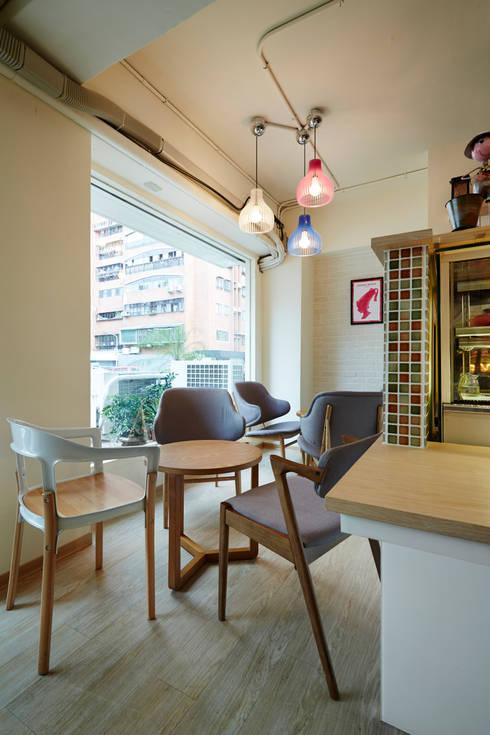 搭配燈具與磁磚,多彩的傢俱與配色:  餐廳 by 弘悅國際室內裝修有限公司