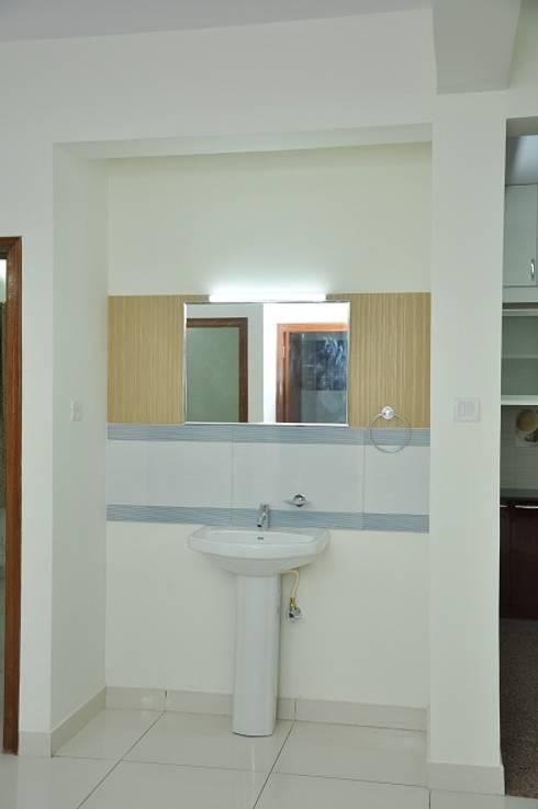 Bathroom entry:  Bathroom by Scale Inch Pvt. Ltd.