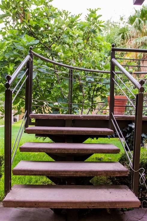 Escalera metálica y cantera: Jardines de estilo  por Arq. Beatriz Gómez G.