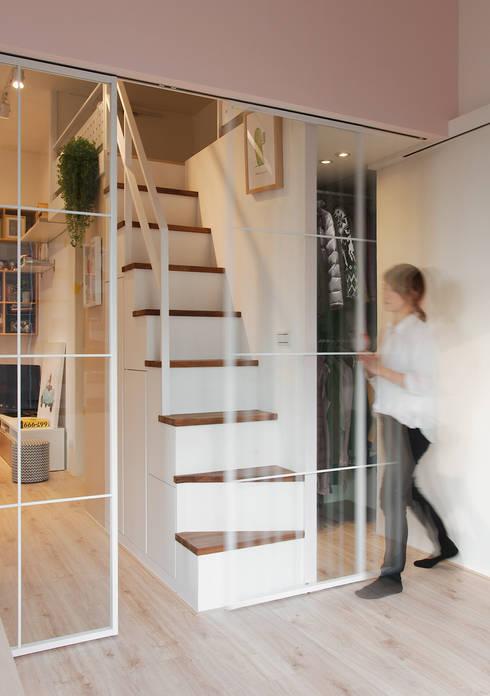 每個女生都夢想擁有一座更衣室 creating a cloakroom from an aisle:  更衣室 by 一葉藍朵設計家飾所 A Lentil Design