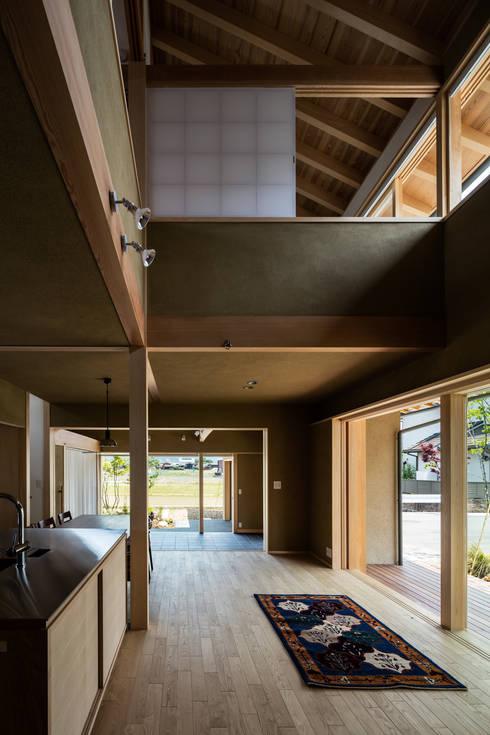 2方向に周辺の自然環境を眺められる大らかな生活空間: 小笠原建築研究室が手掛けたリビングです。