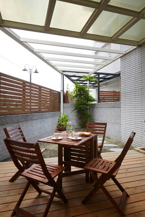 Terrazas de estilo  por 弘悅國際室內裝修有限公司