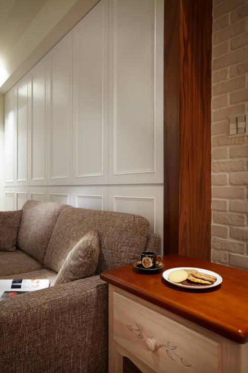 為純白的空間增加些許的木作紋路與質感增添室內的溫度:  客廳 by 弘悅國際室內裝修有限公司