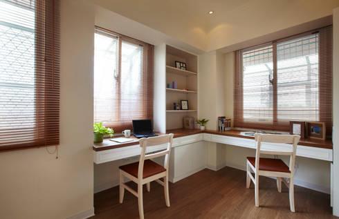 清爽明亮而又足夠的空間既可做為閱讀的工作室也能充當遊戲室:  書房/辦公室 by 弘悅國際室內裝修有限公司