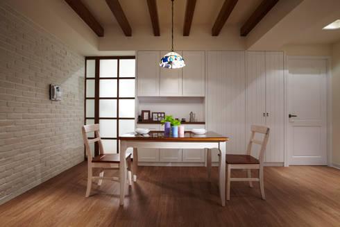 不同的線條苛化出不同的空間,其中有一個部分是通往衛浴空間的門:  餐廳 by 弘悅國際室內裝修有限公司