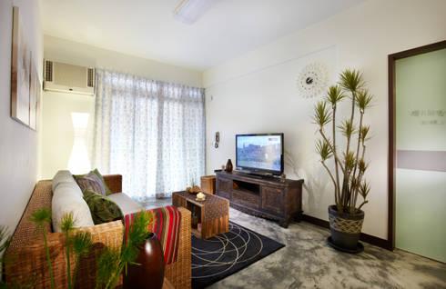 實木矮櫃有滿滿的南洋風情,搭配水泥地板別有一番風味:  客廳 by 弘悅國際室內裝修有限公司