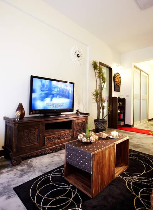 加點現代感的玻璃取得更為平衡的視覺感:  客廳 by 弘悅國際室內裝修有限公司