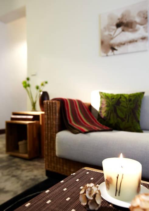 多樣大小的實木箱體組合成隨機使用的多樣變化:  客廳 by 弘悅國際室內裝修有限公司