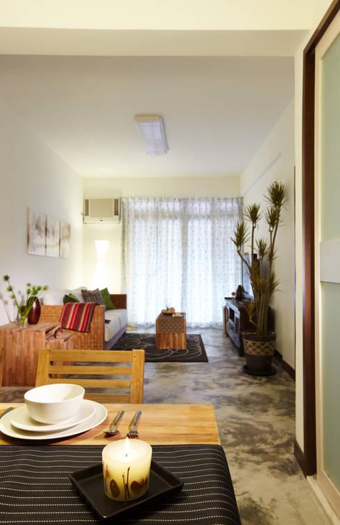 水泥地坪自然不做作的紋路搭配植栽營造度假感:  客廳 by 弘悅國際室內裝修有限公司