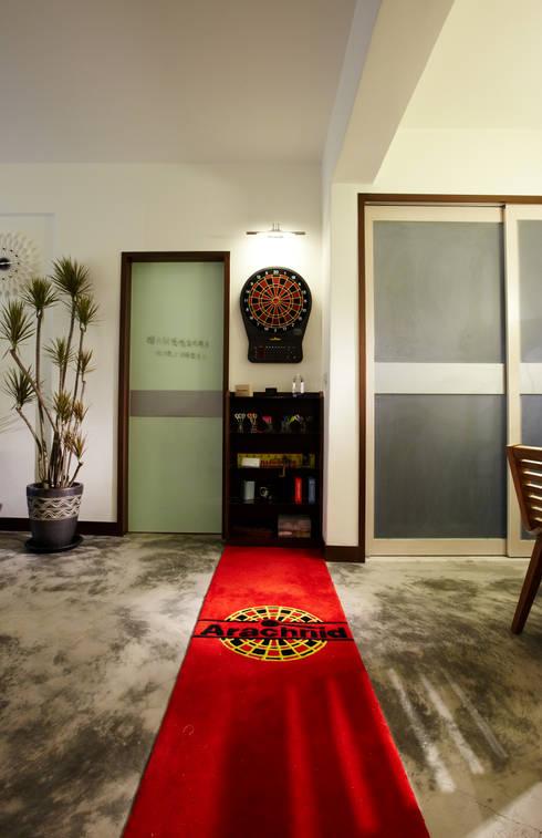 過道的飛鏢塑造輕鬆的休閒感:  客廳 by 弘悅國際室內裝修有限公司