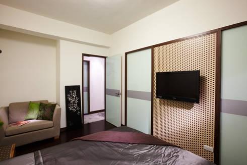 竹編電視主牆搭配烤漆玻璃,企求在現代簡潔與南洋風情取得平衡:  臥室 by 弘悅國際室內裝修有限公司