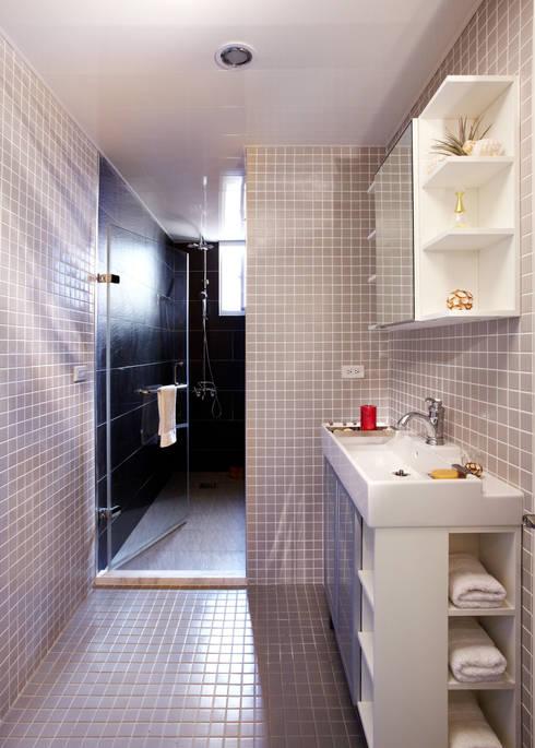 分隔為淋浴區與衛生區的乾濕分離讓淋浴的空間有浴池的放鬆感:  浴室 by 弘悅國際室內裝修有限公司