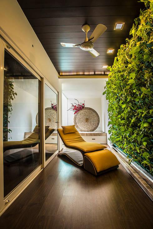 Courtyard:  Terrace by Studio An-V-Thot Architects Pvt. Ltd.