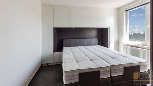 szafa zabudowana biała: styl , w kategorii Sypialnia zaprojektowany przez PPHU BOBSTYL