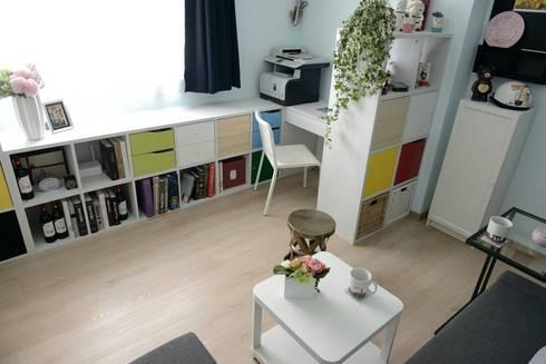 照片中為客廳區,上方的區域為男主人的工作與閱讀區,下方為沙發休息區。:  客廳 by 大觀創境空間設計事務所